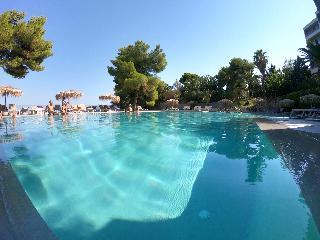 http://photos.hotelbeds.com/giata/13/137315/137315a_hb_ro_075.JPG