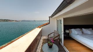 http://photos.hotelbeds.com/giata/14/142059/142059a_hb_ro_050.jpg