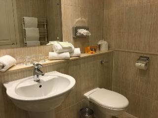 http://photos.hotelbeds.com/giata/38/380397/380397a_hb_ro_013.JPG