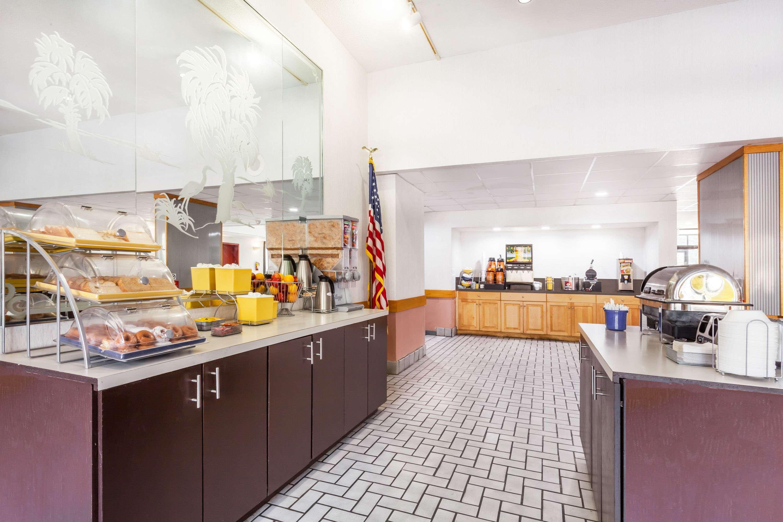 Days Inn &Suites by Wyndham SE Columbia Ft Jackson, Lexington