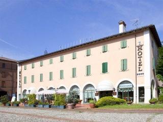 Bentivoglio, Piazza Carlo Alberto Pizzardi,1