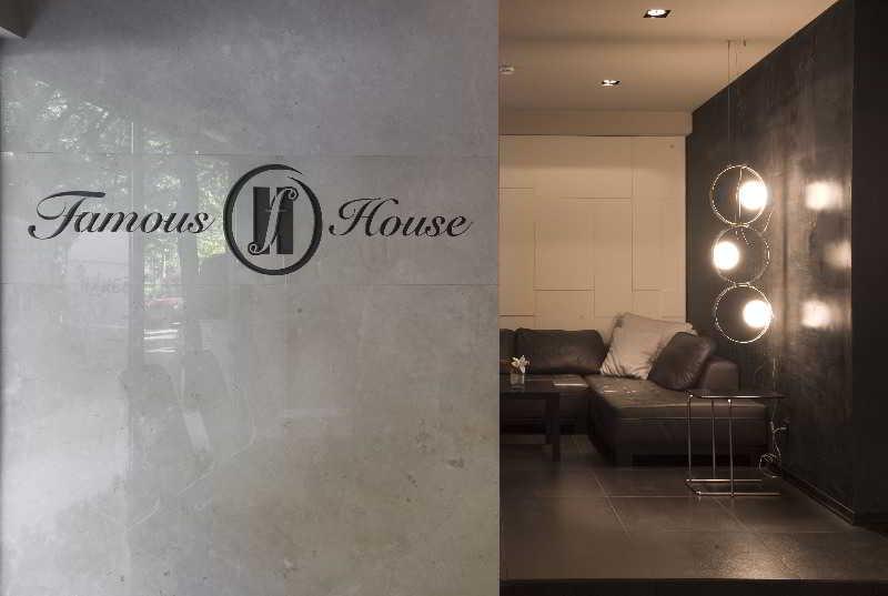 Famous House - Diele