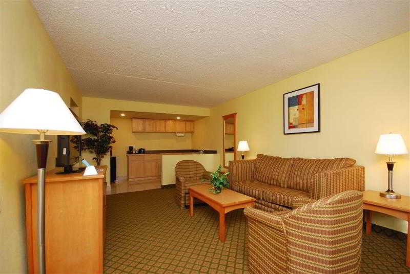 Quality Inn & Suites, 8709 Airport Fwy,