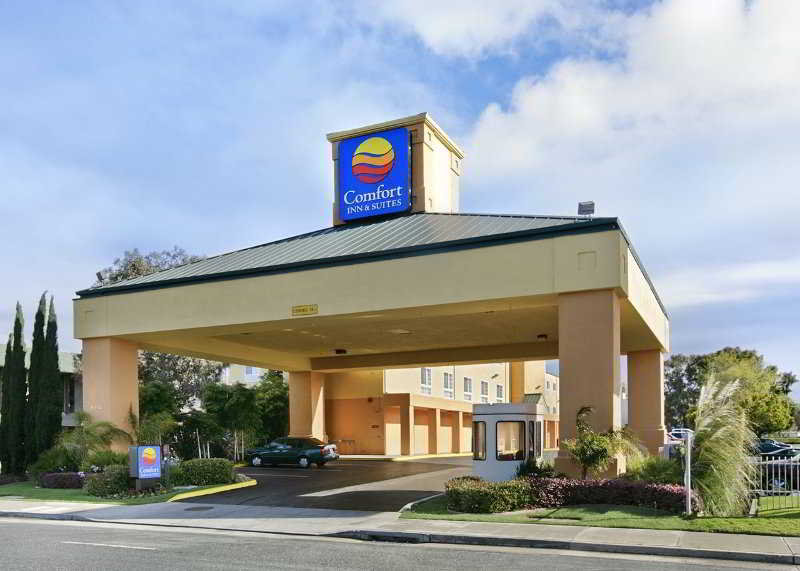 Comfort Inn & Suites, 8452 Edes Ave.,