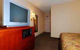 Rodeway Inn & Suites, 3400 Chester Lane,