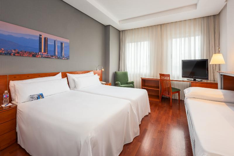Room Tryp Madrid Chamartin Hotel
