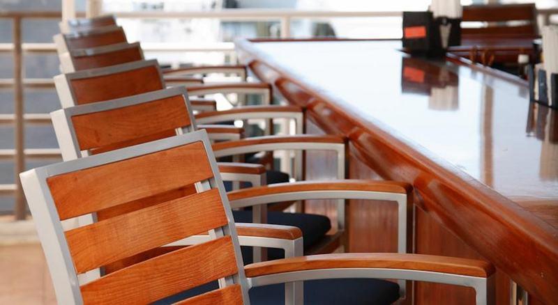 Bar Pier Sixty-six & Marina