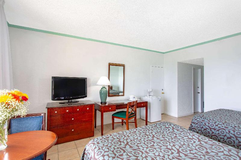 Room Days Hotel By Wyndham Thunderbird Beach Resort