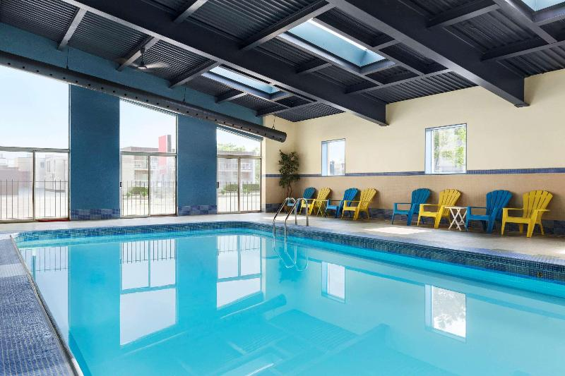 Pool Days Inn Suites By Wyndham By The Falls
