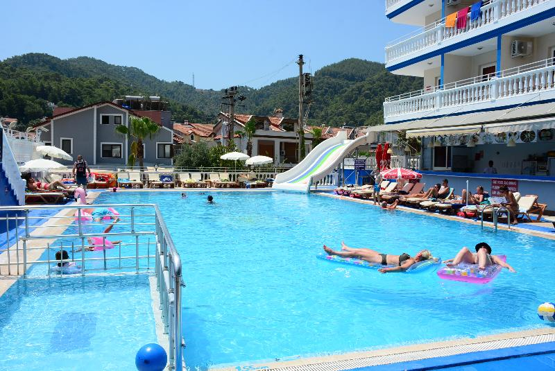 Pool Mustis Royal Plaza