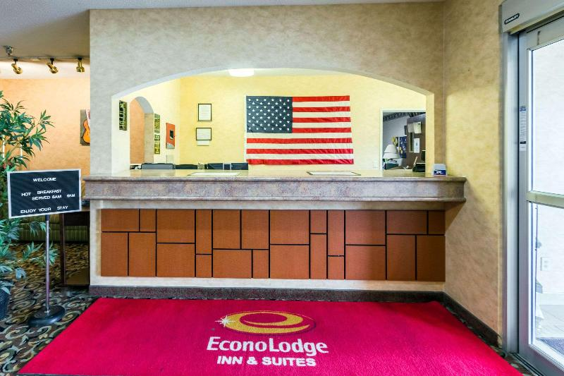 Lobby Econo Lodge Inn & Suites West