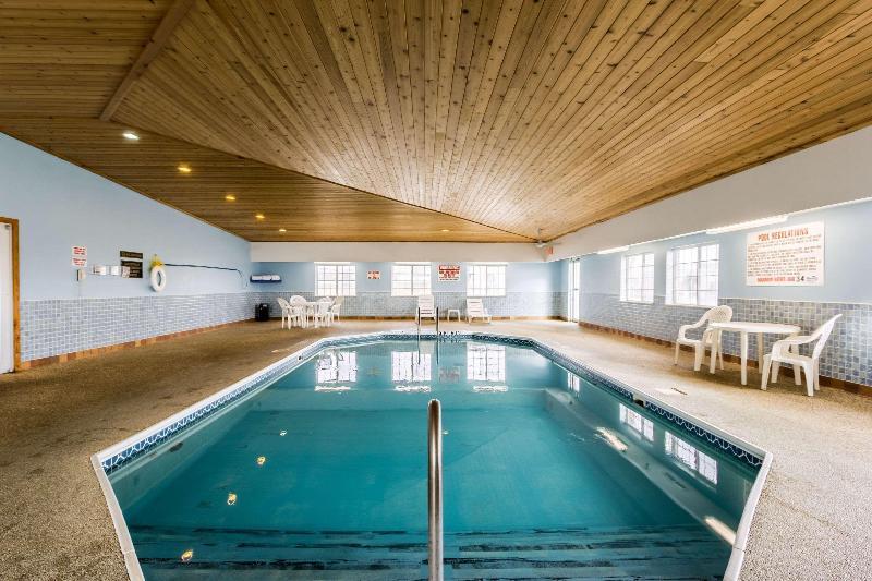 Pool Econo Lodge Inn & Suites West