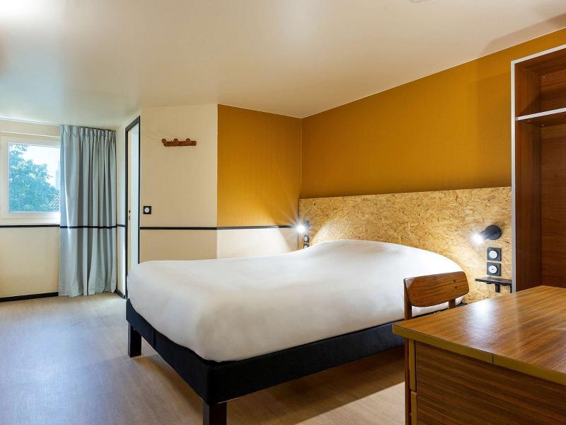 Room Kyriad Villeneuve La Garenne