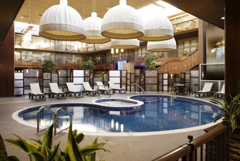 Pool Delta Hotels Calgary South