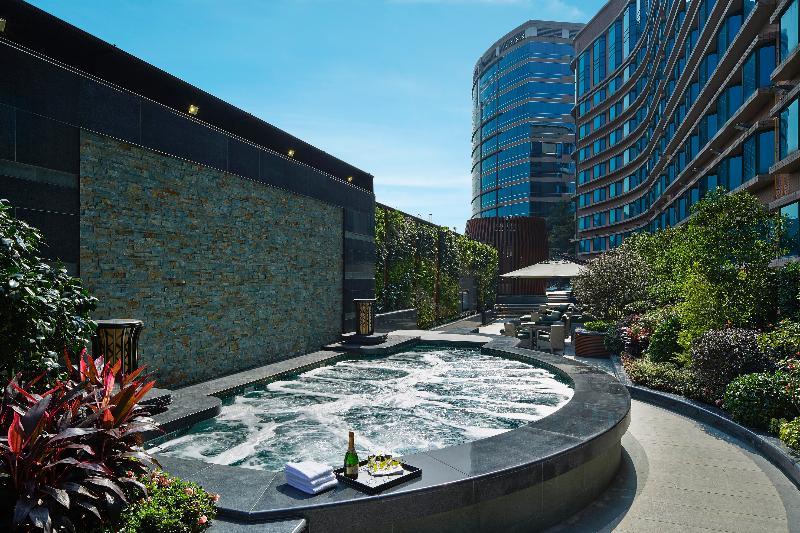 Pool Royal Plaza Hotel