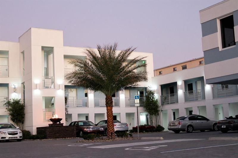 La Breeze Inn & Suites - Hotel - 3
