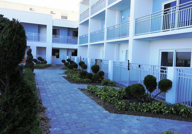 La Breeze Inn & Suites - Hotel - 4