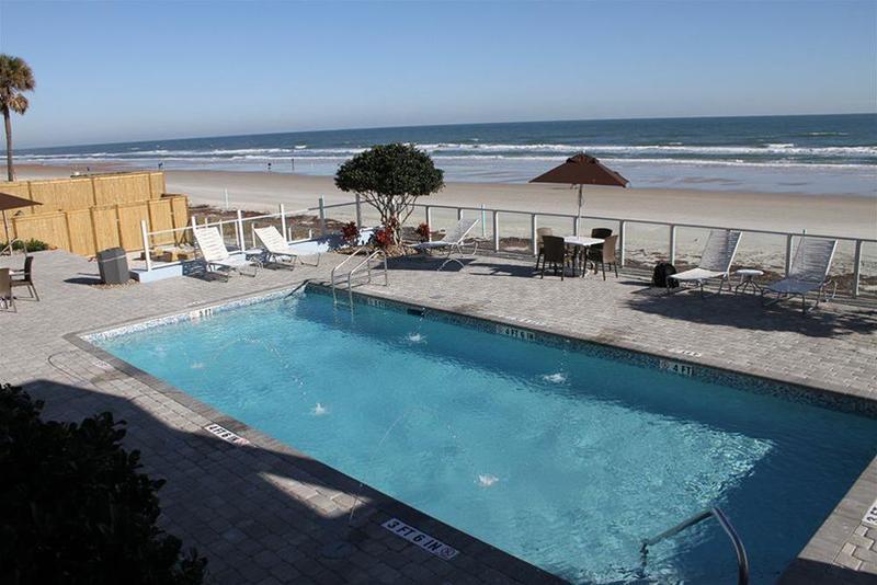 La Breeze Inn & Suites - Pool - 7