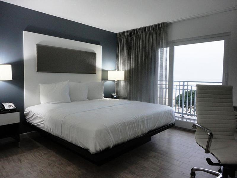 La Breeze Inn & Suites - Room - 6
