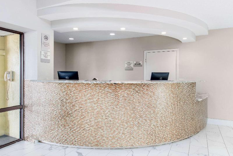 Lobby Clarion Inn & Suites