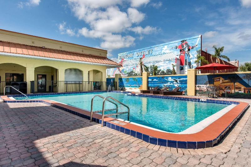 Pool Clarion Inn & Suites