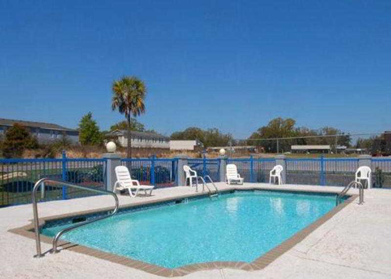Pool Rodeway Inn & Suites