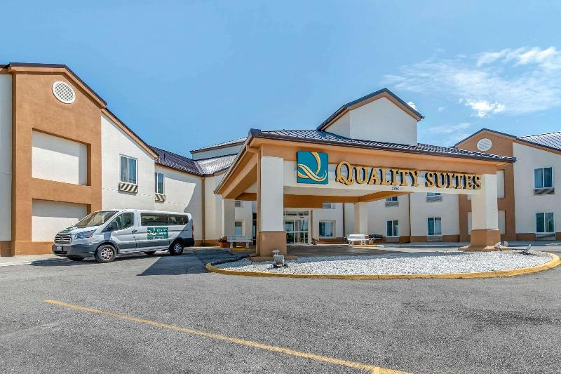 General view Quality Suites Kansas City Airport