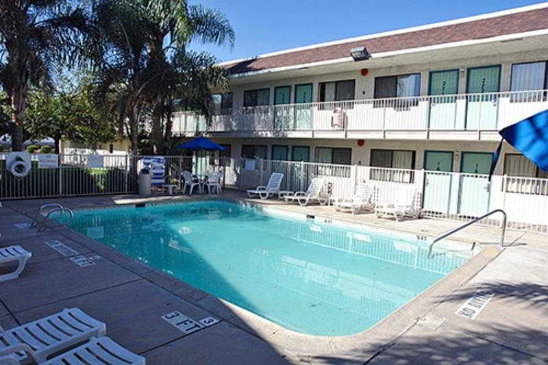 Pool Motel 6 Bakersfield Airport