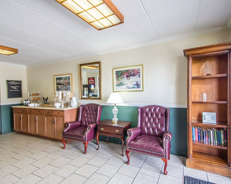 Lobby Econo Lodge Inn & Suites Airport