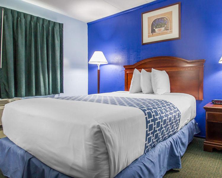 Room Econo Lodge Inn & Suites Airport