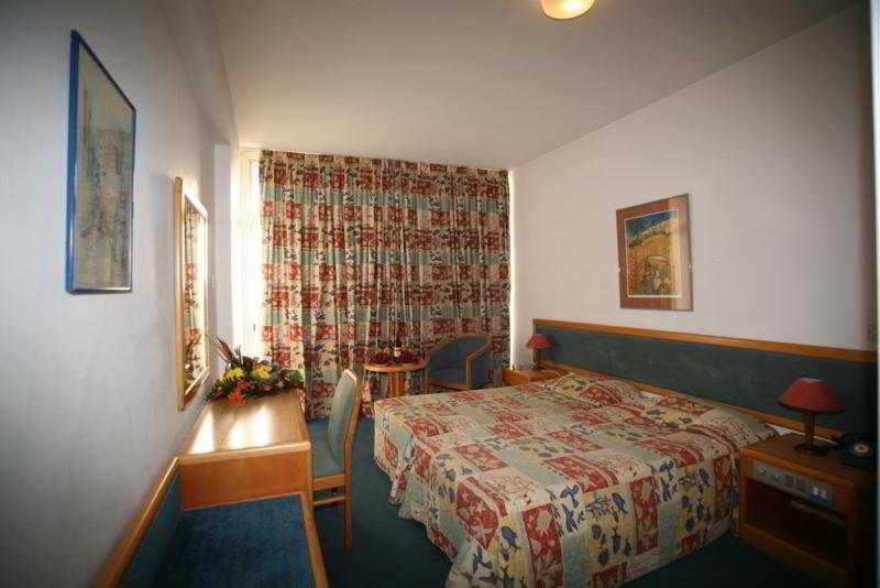 Room Caravel