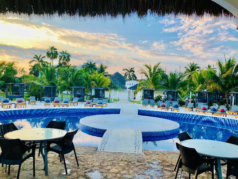 Beach La Isla Huatulco & Beach Club