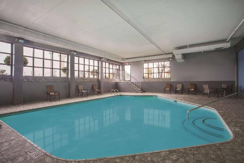 La Quinta Inn & Suites Knoxville Strawberry Plains - Pool - 7