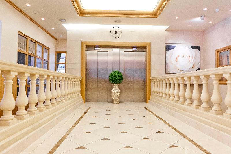 Lobby Le Chatelain Hotel