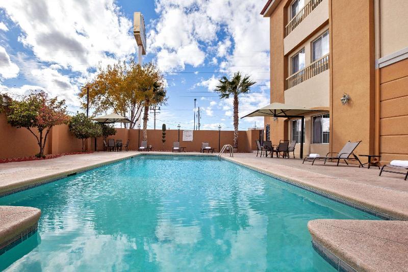 Pool La Quinta Inn & Suites Ciudad Juarez Near Us