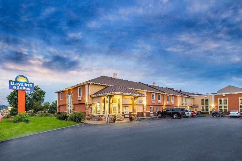 General view Days Inn & Suites By Wyndham Coralville /iowa City