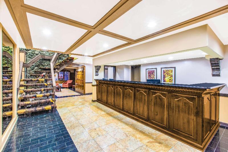 Lobby Days Inn & Suites By Wyndham Coralville /iowa City