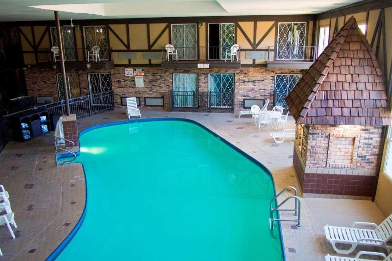Pool Days Inn & Suites By Wyndham Coralville /iowa City