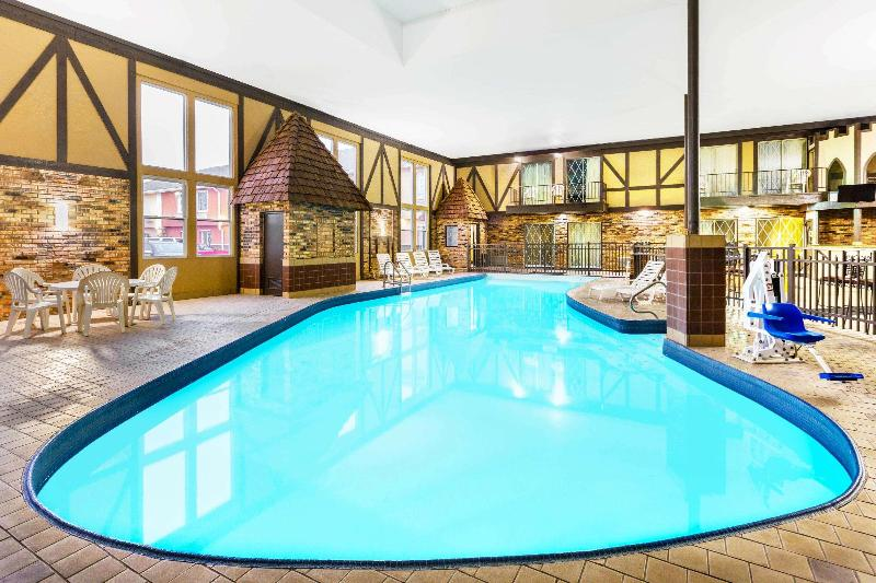 Pool Days Inn & Suites By Wyndham Coralville /iowa City