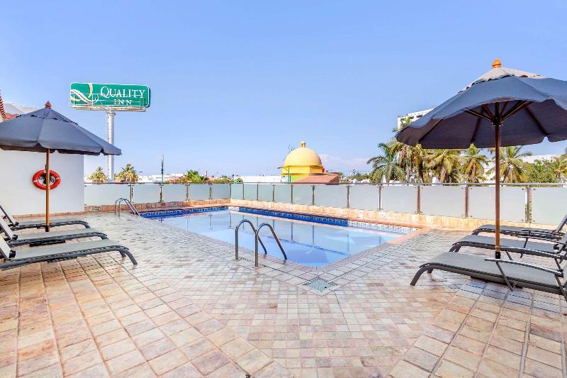 Pool Quality Inn Mazatlan