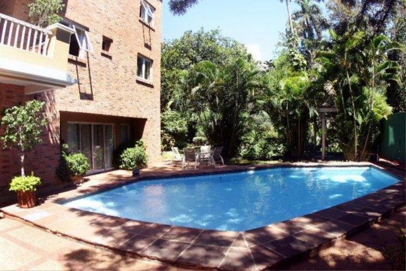 Pool Villamorra Suites