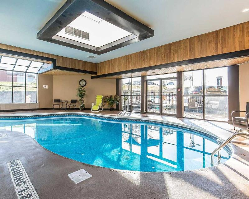Clarion Hotel & Conference Centre in Medicine Hat - Pool - 2