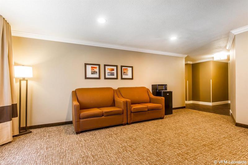 Comfort Inn & Suites Redwood Country - Hotel - 1