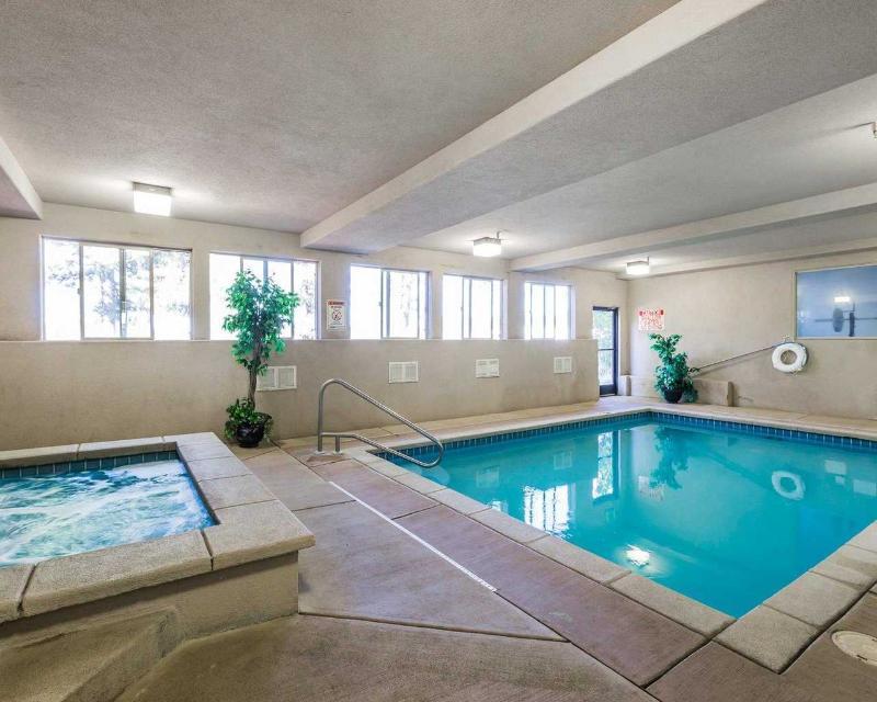Econo Lodge - Pool - 2