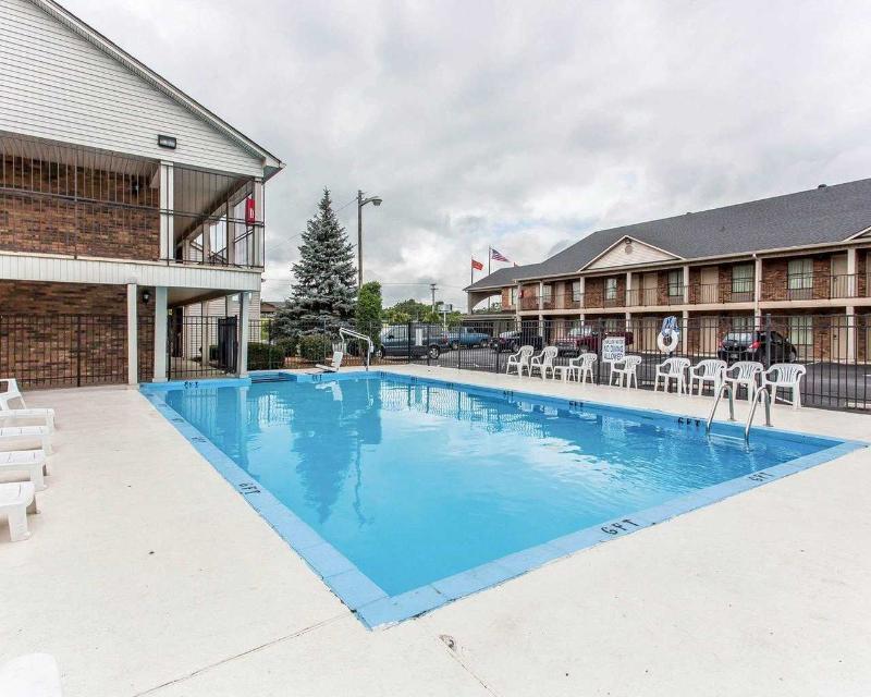 Econo Lodge - Pool - 10