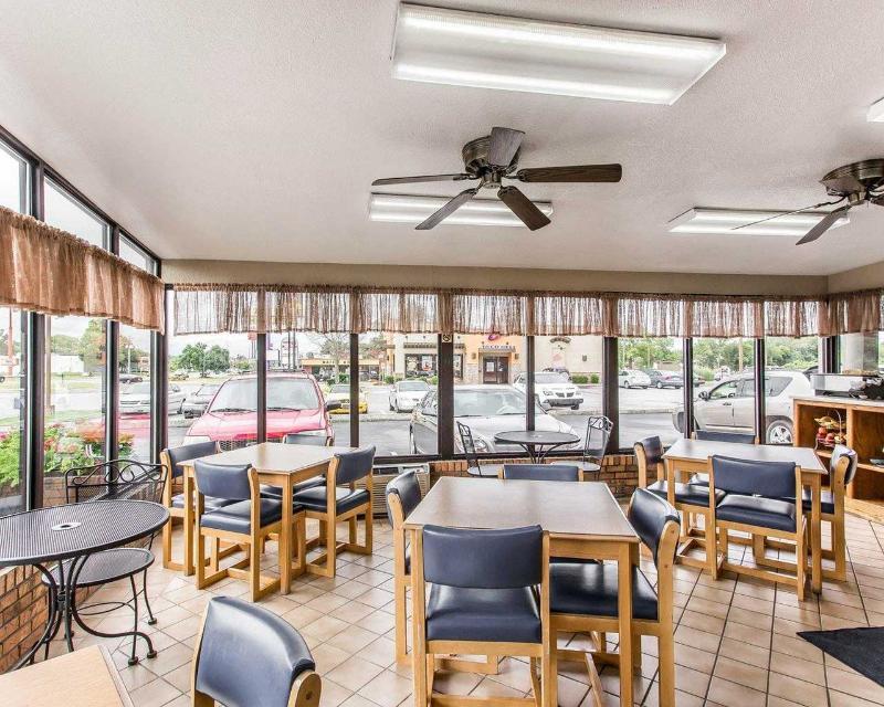 Econo Lodge - Restaurant - 11