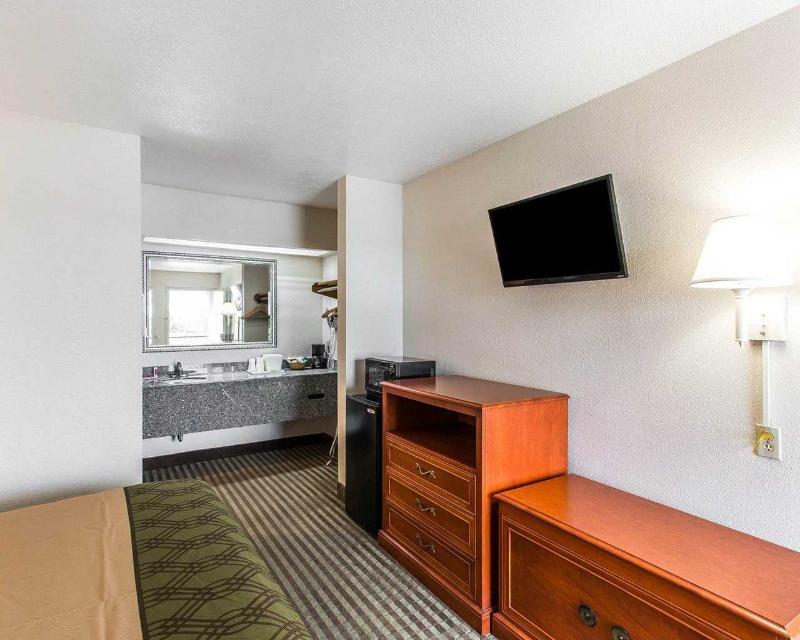 Econo Lodge - Room - 8