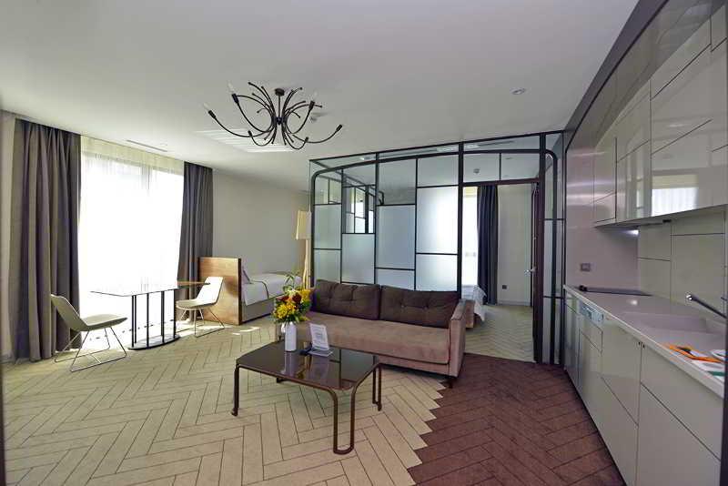 Room L\'onde Business Suites