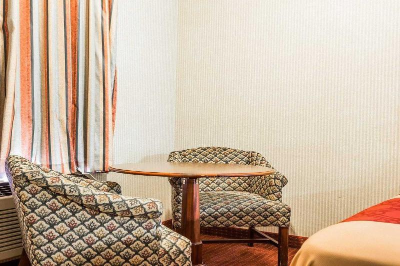 Econo Lodge  Inn & Suites East - Room - 8