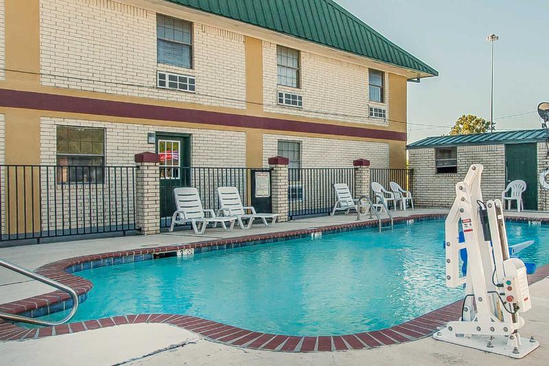 Econo Lodge - Pool - 11